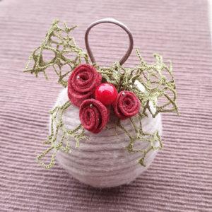 pallina di natale lana e fiori pannolenci